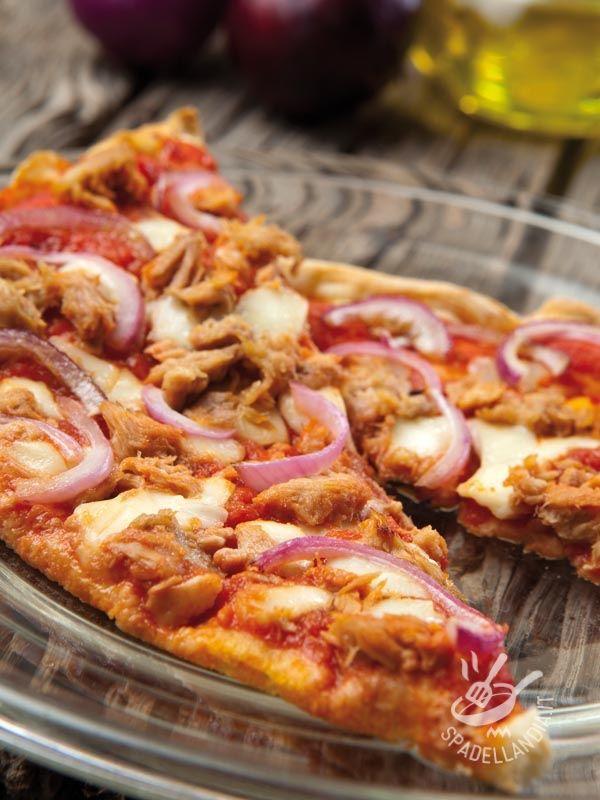 Pizza tuna and onions - La Pizza tonno e cipolle è una pizza rustica della tradizione contadina, semplice semplice, e proprio per questo irresistibile! #pizzatonnoecipolle