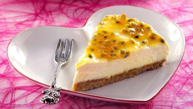 Lättgjord cheesecake toppad med härlig passionsfrukt är en favorit just nu. Passar perfekt både som dessert eller till fikat.