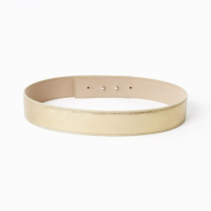 Classic belt in gold.This classic leather waist belt will give any piq look more glamour. The belt 's outstanding quality and beautiful workmanship is due to the wide experience of the manufacturer who has been producing leather accessories since 1977! The belt is made out of genuine Italian leather and features a hidden double button closure. It can be worn with any piq look. Choose from beautiful metallic and patent leathers.