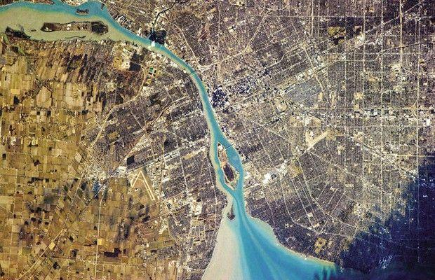 Dois países, um rio: Detroit, nos Estados Unidos (direita) e Windsor, no Canadá (esquerda) (Foto:  Divulgação/Chris Hadfield)