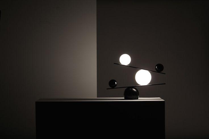 Balance: la lampada da tavolo in equilibrio tra forza di gravità e compensazione di pesi diversi