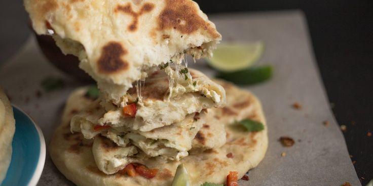 Индийские наан с творожной начинкой — это не просто альтернатива хлебу, а полноценный мини-обед, который можно подавать в компании различных соусов и брать с собой. Эти лепёшки сытны и богаты белками и углеводами.