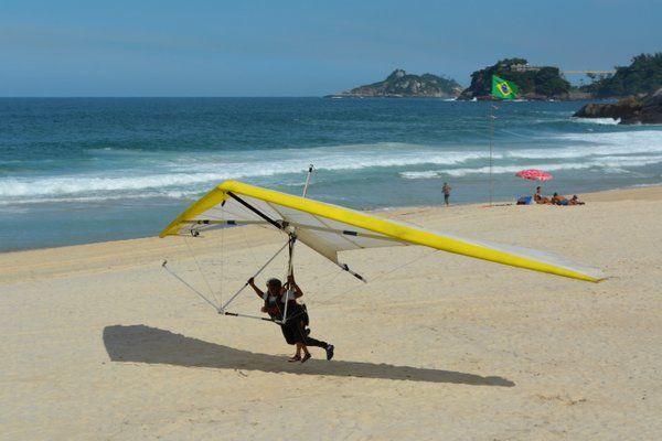 Ala delta aterrizando en la Playa de Sao Conrado Rio de Janeiro