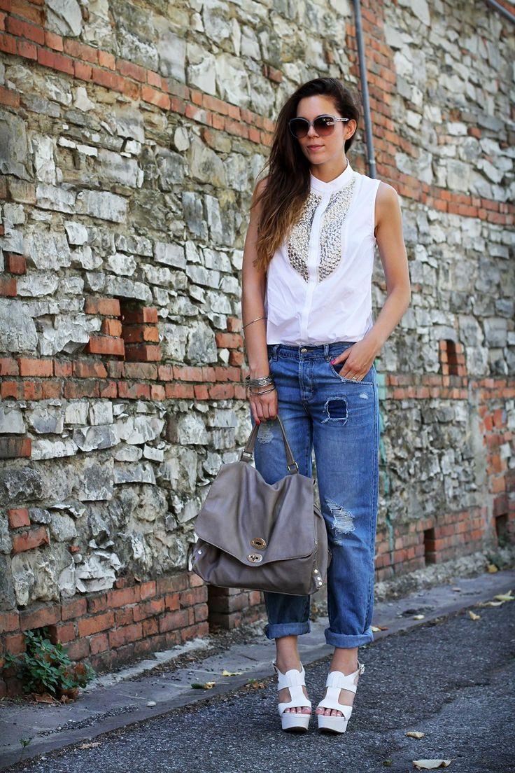 #fashion #fashionista @Irene Hoffman Colzi un outfit casual con jeans strappati stile jeans boyfriend abbinati ad un paio di sandali bianchi occhiali da sole gucci  5