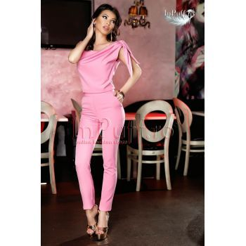 Salopeta eleganta roz lasata pe umeri, accesorizata in zona umerilor cu fundita, pantaloni lungi conici croi pe corp