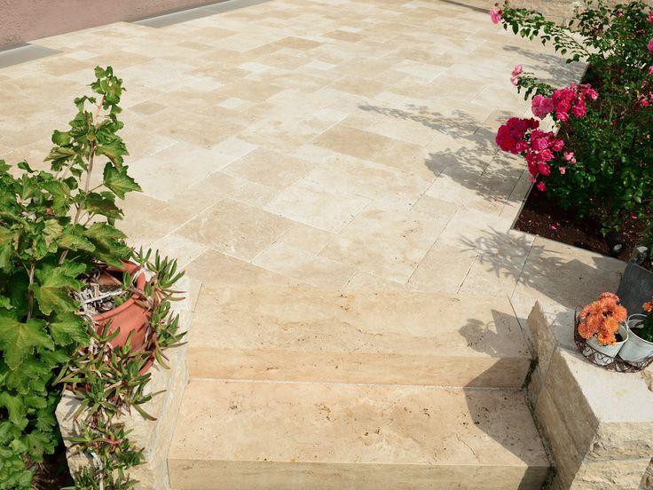 Die mediterrane Wirkung dieser Travertin Medium SELECT-Terrasse wird durch die üppige Begrünung zusätzlich unterstrichen – jonastone.de