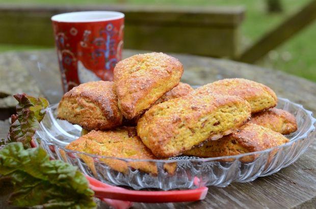 """Hurtigt bagte """"brød-kager"""" med smag af rørsukker, vaniljesukker og rabarber. Servér dem straks, de er bedst, når de er helt nybagte."""