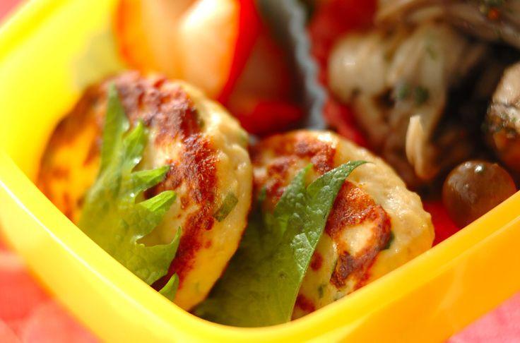 豆腐を入れる事でふんわりとした食感と、量増しに!冷凍で作り置き 豆腐入り大葉つくね[和食/焼きもの]2012.03.19公開のレシピです。