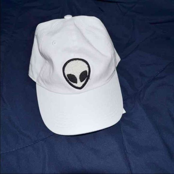 ❤️SALE❤️ ✨ NWT WHITE ALIEN HAT ✨ white alien baseball cap !! // NWT // bought at pacsun // super cute // sold for a lot more on other selling platforms ❤️ Brandy Melville Accessories Hats