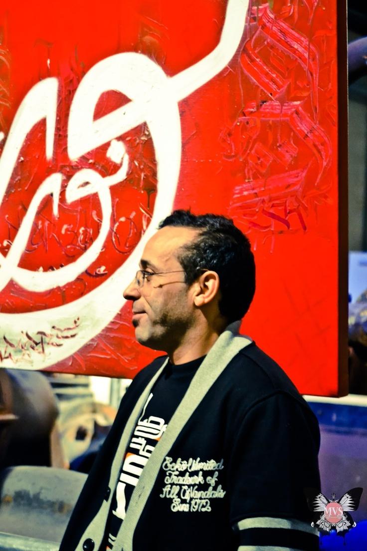 Le graffeur-calligraphe Dema lors du vernissage de l'exposition INK EYE