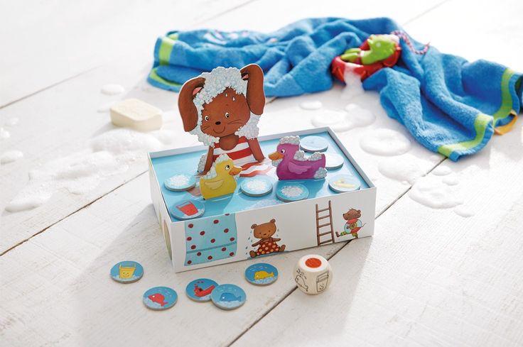 Badhaas Bubbelneus is met zijn twee eendjes in het bad aan het poedelen. Plotseling verdwijnt zijn speelgoed onder het badschuim. Waar zijn de emmer, de walvis en de boot? Mijn eerste spellen van Haba zijn voor kinderen vanaf 2 jaar oud!