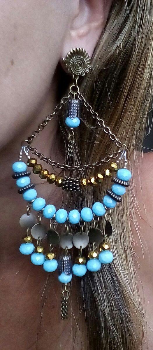 Maxi colar de cristais azul e dourado, metais e correntes em ouro velho.
