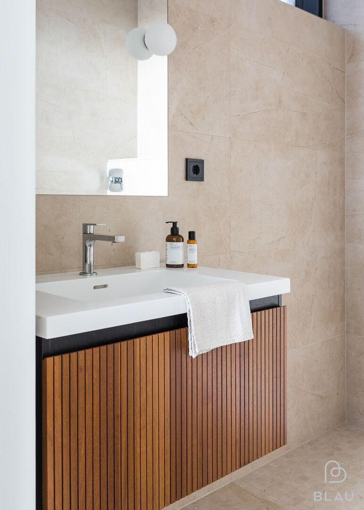 Blau = fiksuja ratkaisuja, tyylikkyyttä ja kauniita yksityiskohtia! Tämän kauniin kylpyhuoneen Blau toteutti Espoossa sijaitsevaan omakotitaloon. Tervetuloa Blaun showroomiin!  Seuraa meitä myös instagramissa @blauinterior  Stailaus : Peeta Peltola  Kuva: Mikael Pettersson