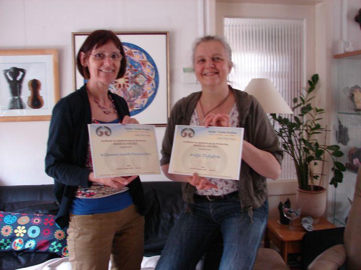 Willemien Geurts en Antje Dijkstra ontvangen het Mandala certificaat uit handen van Danka Hüsken-Smit