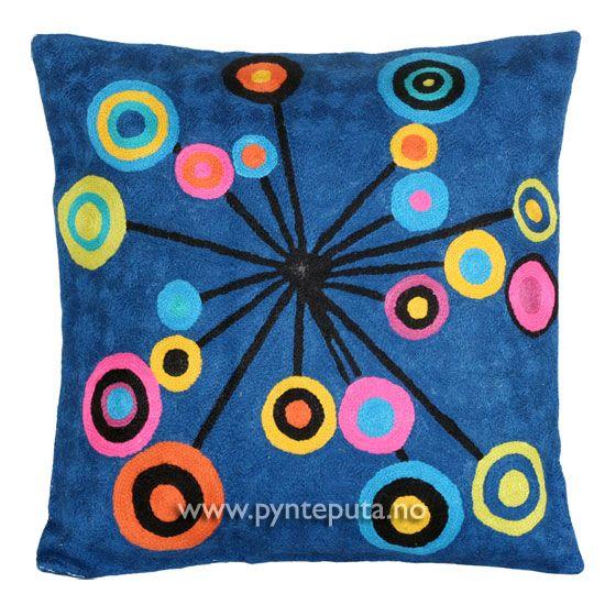 """Pyntepute """"Kosmos"""". Putetrekket er brodert i ull og mange lekre farger, blant annet mørk petroleumsblå bakgrunn med elementer i gul, sennepsgul, rosa, gammelrosa, turkis, oransje og svart.  Fra nettbutikken www.pynteputa.no. #pyntepute #pynteputer #pynteputa #kandinsky #farger"""