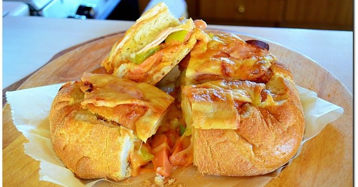 Η συνταγή που σηκώνει παραλλαγές ανάλογα με τα γούστα του καθενός! Γεμιστό ψωμί σαν πίτσα!! Δοκιμάστε να το κάνετε!!!