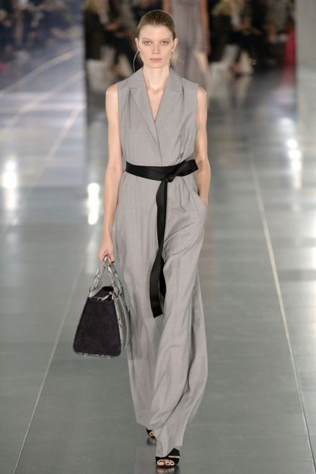 Modelka w szarym kamizelko-kombinezonie z wiosenno-letniej kolekcji Amanda Wakeley.