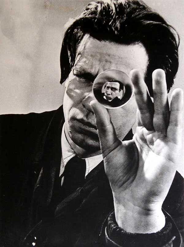 Imre Kinszki L'homme à la loupe, circa 1930.