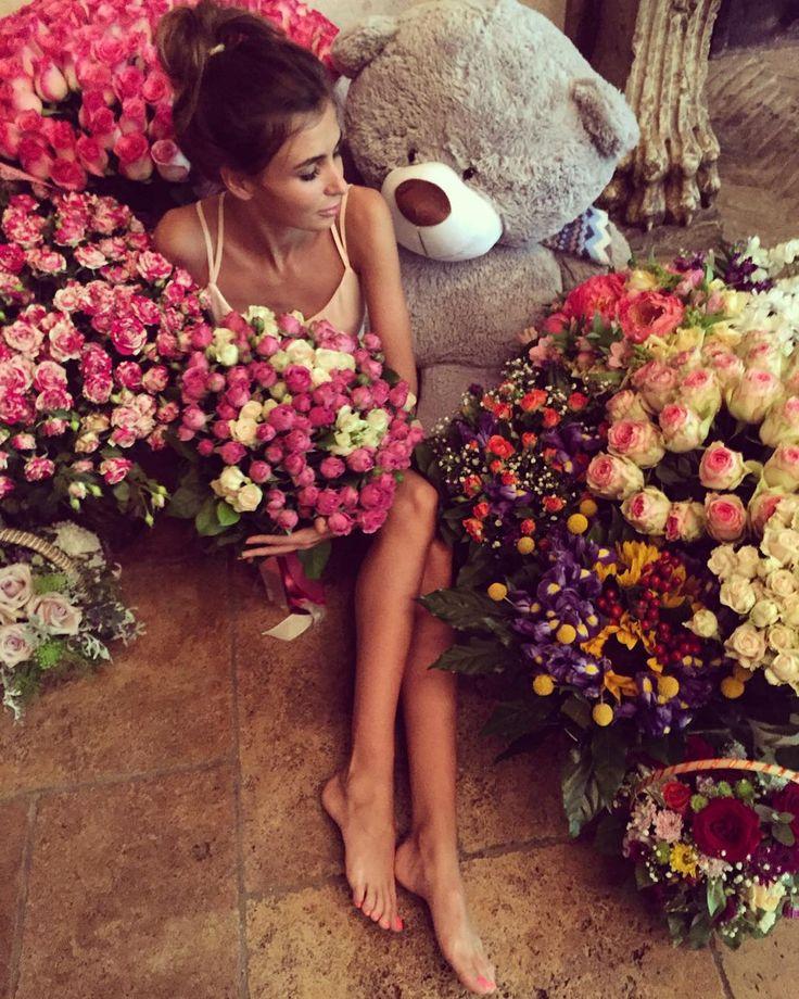 Flowers and a massive teddy bear 🐻