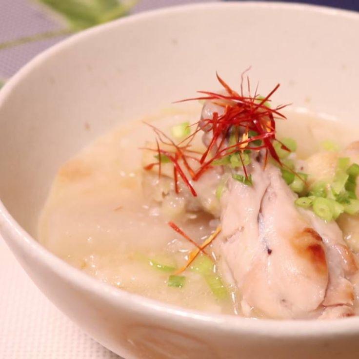 「炊飯器で手羽元と大根のサムゲタン風」の作り方を簡単で分かりやすい料理動画で紹介しています。韓国料理で人気のメニュー「サムゲタン」を、家庭で手軽に作れるようにアレンジしました。身近な食材・鶏の手羽元をはじめ、材料を炊飯器に入れたらスイッチを押すだけ!とっても簡単なのにうま味たっぷり。ぜひお試しくださいね。