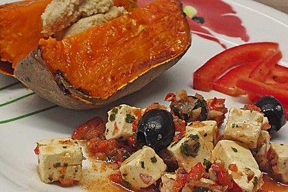 Gebackene Süßkartoffel mit würzigem Feta - Oliven - Salat 1