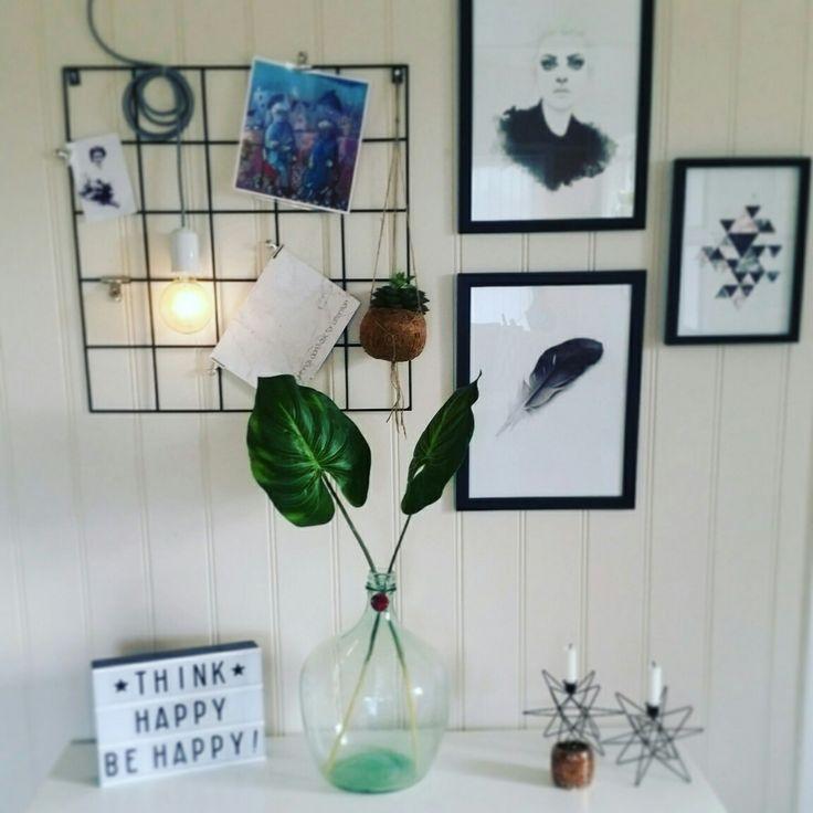Litt nytt er kommet til av dekor. En gammel vinballong med et par freshe blad i, og lightbox kjøpt på Multitrend.