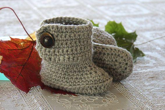 Nu när kylan börjar komma måste små fötter hållas extra varma.  Här kommer ett virkmönster på söta virkade boots att hålla värmen i!        ...