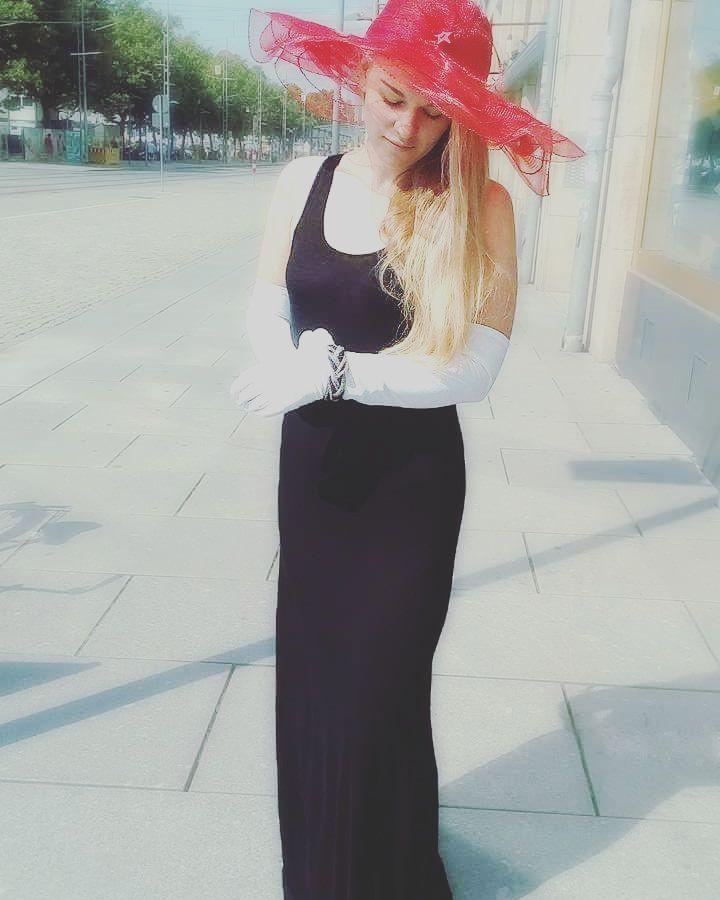 Elegant und trotz allem bequem? Haben wir! ;) #hat #blackdress #elegantgloves #juwelry #white #black #red #classicelegance #humanadresden #humanasecondhandgermany #perfectfornightout #thriftit