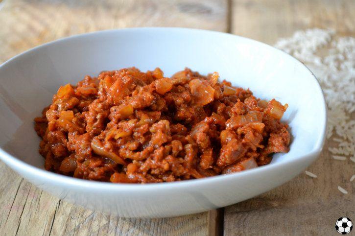 Een makkelijke chili con carne zonder bonen! Met gehakt, veel uien en tomaat, op smaak gebracht met chili en komijn!