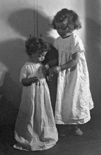 Σόνια και Φανή - Μουσείο ΜπενάκηΟι κόρες του φωτογράφου. Αθήνα, 1947 Ιωάννης Λάμπρος
