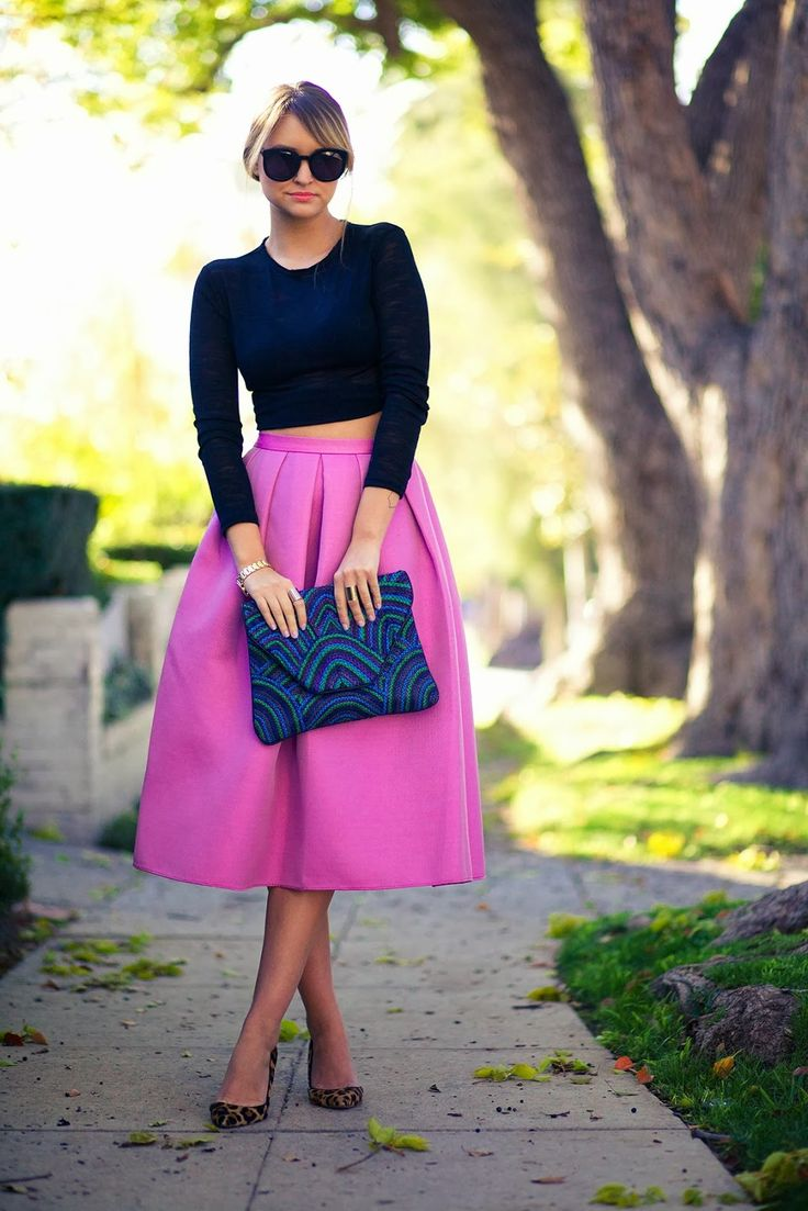Abendmode: Kombination aus langem rosa Rock und enger schwarzen Bluse!