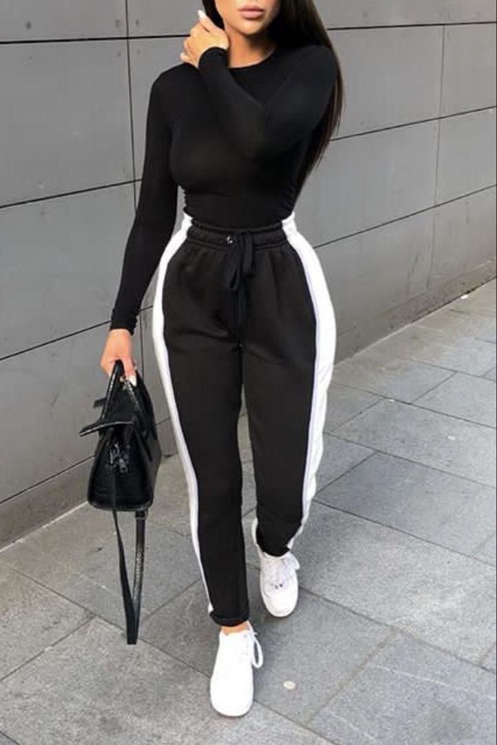 Mode femme tenue casual et confortable avec un jogging noir à bande blanche, de