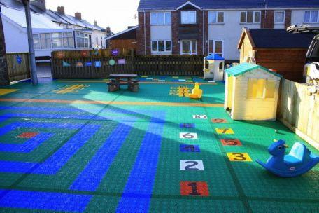 Spielplatz mit Charakter im Kindergarten - gutes Konzept auf farbigen Bergo Kunststoffboden