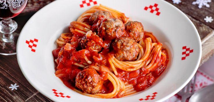 Spaghetti mit Tomatensauce und Fleischbällchen oder Vegetarischen Involtini
