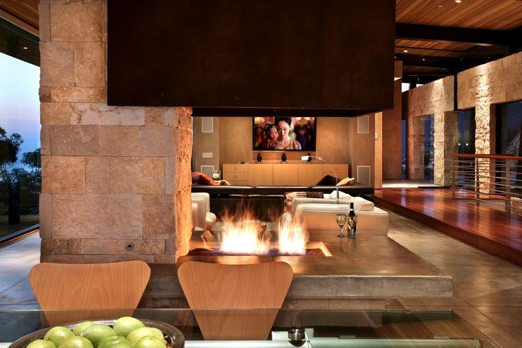 offenes wohnzimmer ideen: Wohnzimmer zu faulenzen, ein knisterndes offenes Feuer auf der einen