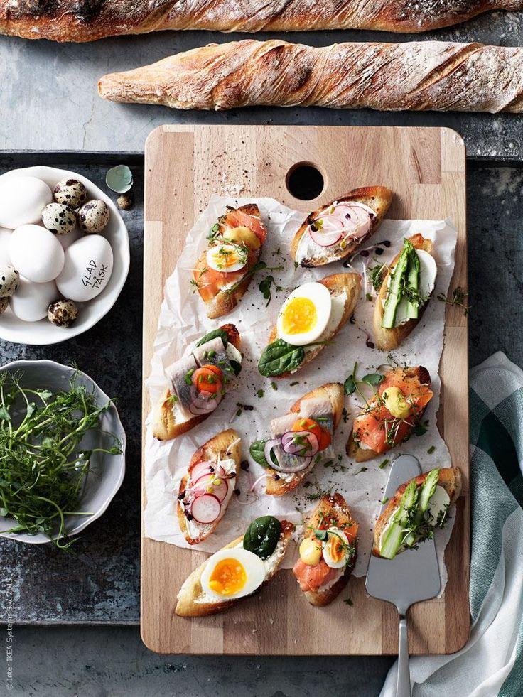 Gravad lax, inlagd sill, vårens sparris och kokta ägg trängs på ett ljuvlig smörstekt surdegsbröd. Lite utav en svensk pintxos! PROPPMÄTT skärbräda i bok, ARV skål, DRAGON tårtspade.
