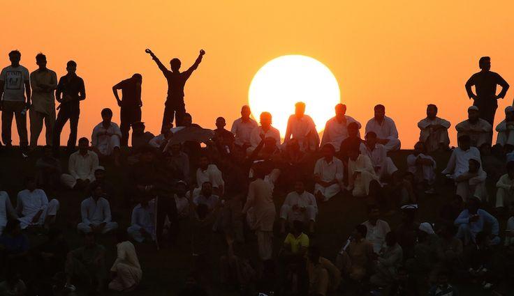 Abu Dhabi, Emirati Arabi Uniti Domenica 12 ottobre  Abu Dhabi, Emirati Arabi Uniti  Spettatori assistono ad una partita di cricket al tramonto ad Abu Dhabi, negli Emirati Arabi Uniti