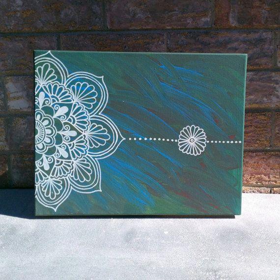 fondo desordenado y mandala arriba pintada con blanco, puede ser con coloa fria mezclada con pintura blanca o alguna pintura con relieve
