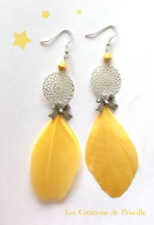 Boucles d'oreilles clips ou percées, plumes jaunes, estampes rondes en forme de rosaces argentées et petites perles jaunes en forme de toupies. Breloques en formes de noeuds en m - 18363595