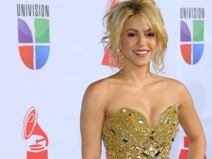 El Twitter forma cada vez más parte de la vida de los famosos, y Shakira nos lo demostró al subir una de sus pequeñas travesuras.  La cantante subió a la red un video en el que aparece bailando música electrónica junto a su automóvil, e interrumpe el tránsito en una importante calle de Barcelona; ya tiene más de 700 mil visitas.
