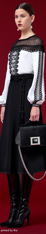 Se a saia fosse longa e não houvesse a transparência nos ombros o look seria muito elegante.