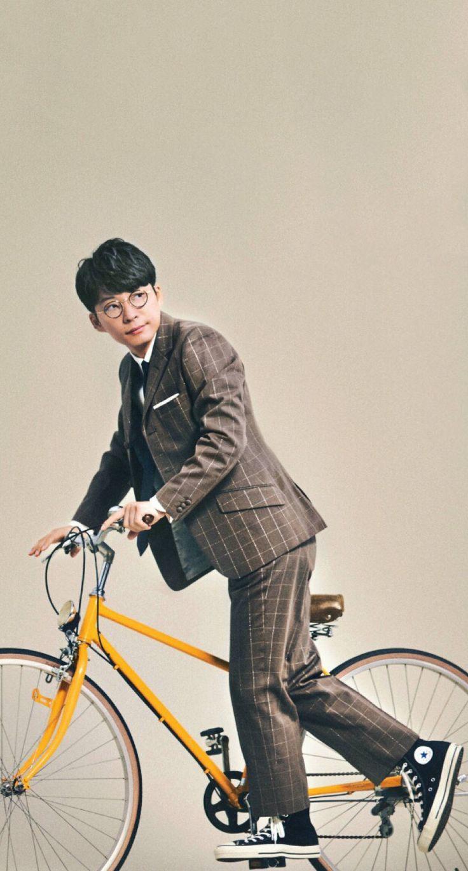自転車を押している星野源の壁紙
