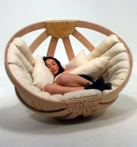 retour en enfance pour une petite sieste dans un berceau !