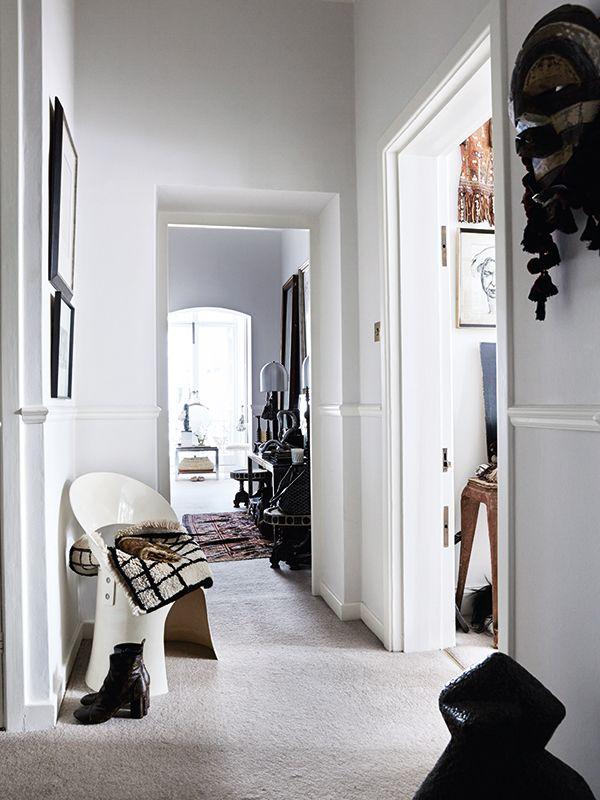 More is more, zou het motto van de bekende Deense designer Malene Birger kunnen zijn. Haar woning annex werkplek in Londen is als de schatkamer uit Ali Baba en de veertig rovers met hun unieke reisvondsten, meubels verzameld over vele jaren en haar eigen kunst.