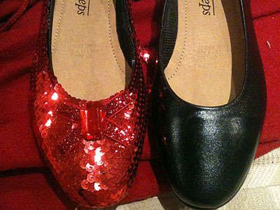 Most authentic looking Dorothy slippers. I'll have to make two pairs. One for me and one for my mom. The biggest Wizard of Oz fan. DIY ruby red slippers! I'm so making these.