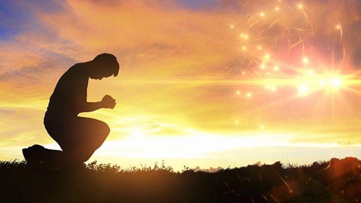 ✝️📰Para que obtenga más provecho de la experiencia de la oración, Jesús lo aparta de usted mismo. ¿Ha notado que la mayoría de las peticiones de este modelo de oración lo llevan a pensar en el plan de Dios en lugar de los suyos? No es que las cosas materiales no sean importantes, es que la Palabra de Dios y sus caminos son mucho más importantes.La primera frase de Jesús tiene sólo cuatro palabras; no se apresure cuando las diga, tienen un e...