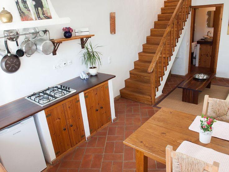 Aluguer de casa para férias na Raposeira - cozinha e escadas para o quarto e esplanada