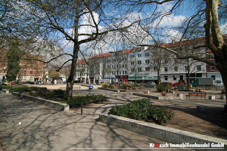 Fiedelerplatz - Einer der zentralen Ort in Döhren. Der beliebte Platz lockt mit reichlich Gastronmie, Bauernmärkten und einer tollen Architektur. Hier trifft man sich, genießt einen Kaffee und lässt die Kinder auf dem neu angelegten Spielplatz toben.