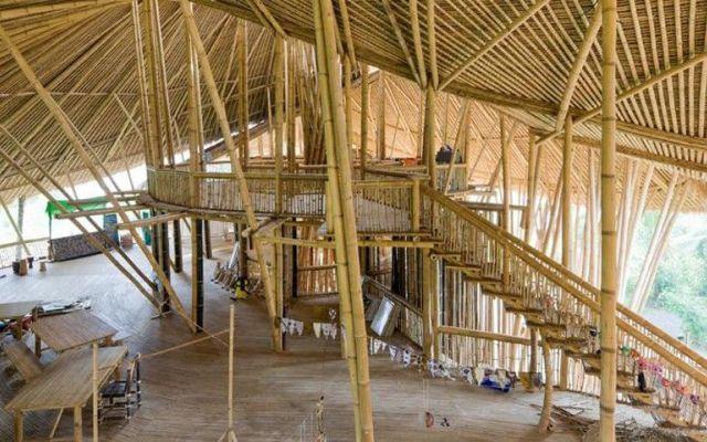 Green School - la scuola verde a Bali Una serie di esperimenti nella realizzazione di elementi d'arredo ha reso familiare al gruppo dei progettisti il comportamento del bambù, un materiale che può essere diviso con tagli laterali o trasv #bambù #fiume #green #indonesia