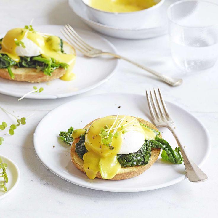Eier Benedict. Dieser Klassiker ist leider etwas in Vergessenheit geraten, aber die Kombination von pochierten Eiern, Spinat und Sauce Hollandaise ist nach wie vor einmalig.